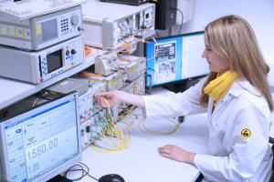 Kalibriertechniker bei der Messung von LWL